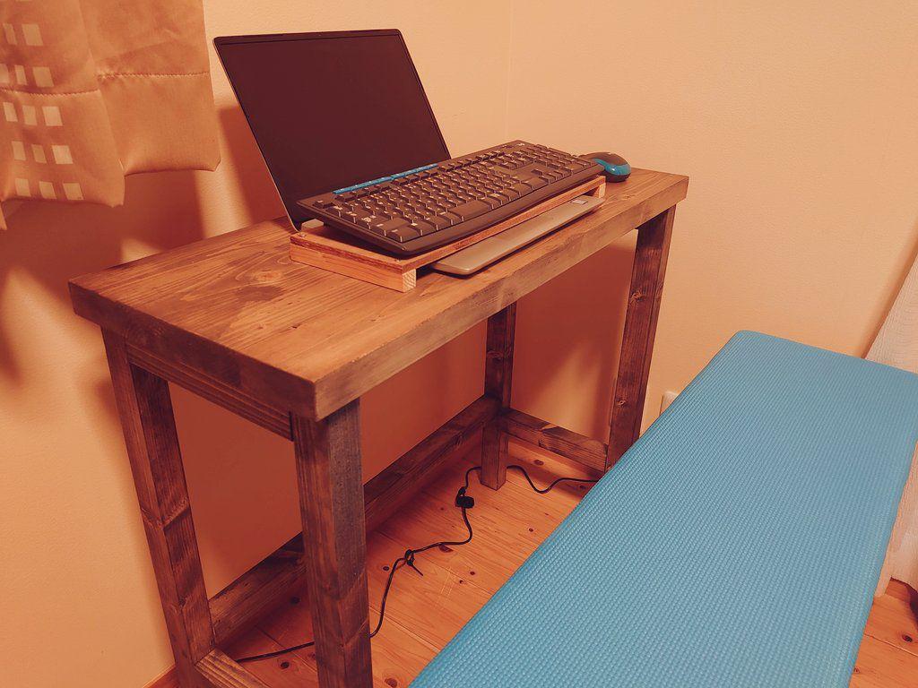 小さくてシンプルな机